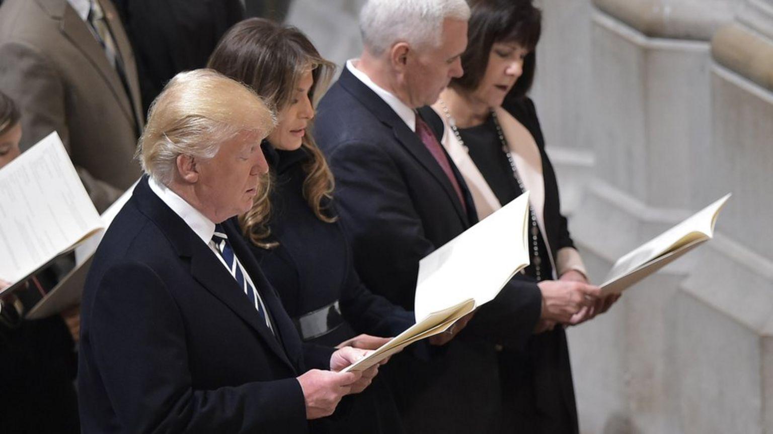 Donald Trump, Mike Pence, e suas respectivas mulheres em 2017 numa cerimônia religiosa