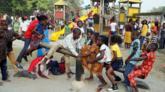 أطفال يلعبون احتفالا بالعام الجديد