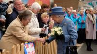Woman shaking the Queen's hand