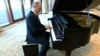 Putin plays piano