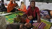 """Bangladeshi villagers take refuge in a cyclone shelter following an evacuation by authorities in the coastal villages of the Cox""""s Bazar district on May 29, 2017 as Cyclone """"Mora"""" gradually approaches towards the coastline"""