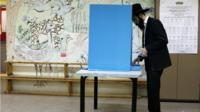 Man casting vote in Israeli election