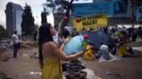 A woman juggles in Gezi Park