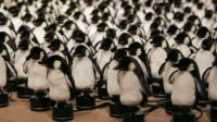 Mechanical mirror made of 450 penguins at New York's bitforms gallery
