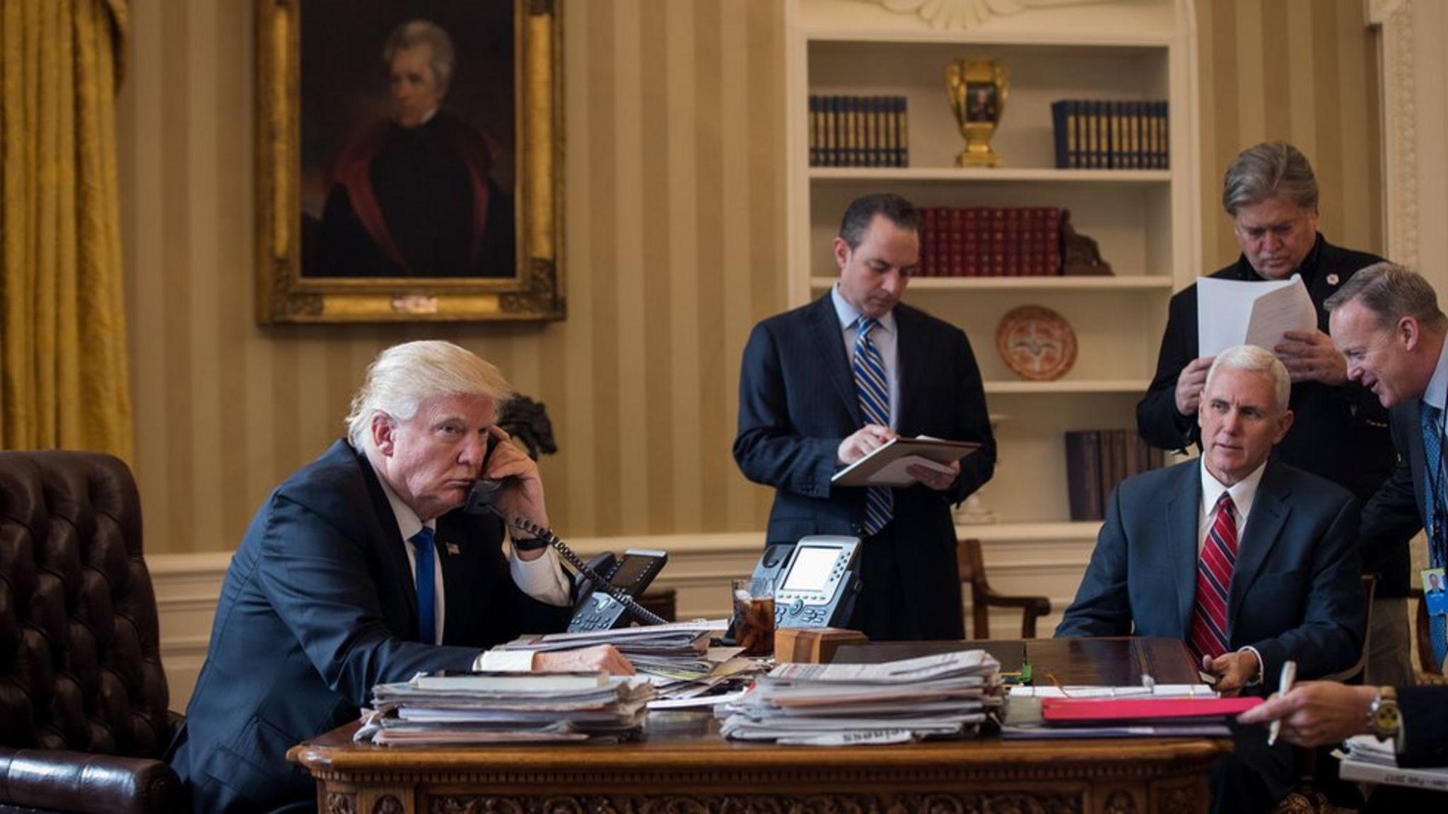 ترامپ در حال گفتگوی تلفنی با پوتین
