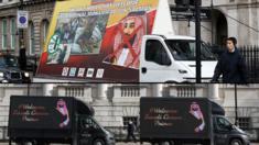 مركبات تحمل لافتات معارضة ومؤيدة للزيارة في شوارع لندن