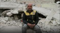 عامل إنقاذ سوري يتفاجأ بجثمان أمه تحت الأنقاض