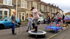 Niños juegan en la calle