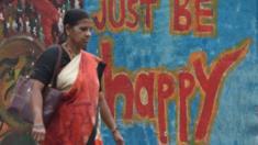 دعوة للسعادة كتبت بالجرافيتي على أحد جدران مدينة مومباي بالهند