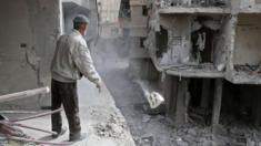 يعاني سكان الغوطة من حصار كامل وقصف متواصل