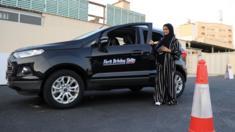 إمرأة سعودية تتلقى تدريبات على القيادة بعد السماح للنساء بقيادة السيارات