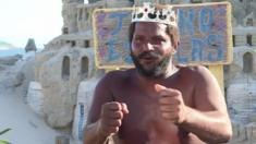 البرازيلي مارسيو ماتولياس يعيش في قلعة رملية في ريو دي جانيرو يسميه أصدقاءه بالملك مارسيو