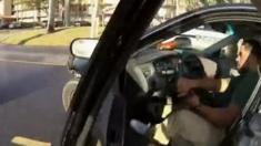 سائق أمريكي يفر من شرطي بعد أن طلب منه أبراز بطاقة هوية