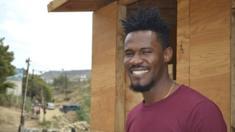 Samuel Louis, de 32 años, sonríe en el Cañón del Alacrán, Tijuana. (BBC Mundo/Beatriz Vernon)
