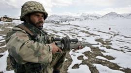 تظل الحدود الباكستانية الأفغانية مرتعا لتسلل المتمردين.