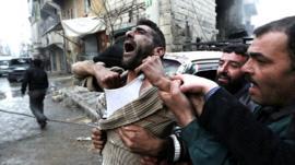 Un hombre llora la muerter de sus hijos en Alepo
