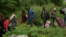 Centenas de imigrantes tentam cruzar fronteira entre os Estados Unidos e Canadá diariamente