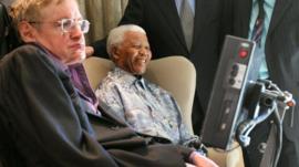 ستيفن هوكينغ مع الزعيم الأفريقي نيلسون مانديلا