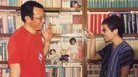 劉曉波和劉霞相識而笑。