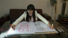 Chen Siyuan writes with both hands
