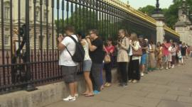 Crowds queue to see Buckingham Palace easel