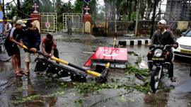 Indian residents clear up cyclone damage