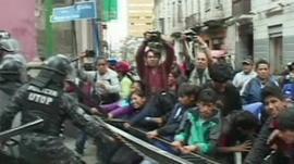 Child protesters and police clash in La Paz