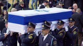 Israeli servicemen carry the coffin of Ariel Sharon