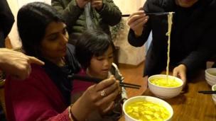王琪的印度兒媳婦和小孫女也好奇地品嚐陝西手擀麵和面片湯
