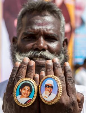 மோதிரத்தில் ஜெயலலிதா மற்றும் எம்ஜிஆர் படங்களுடன் அதிமுக தொண்டர்