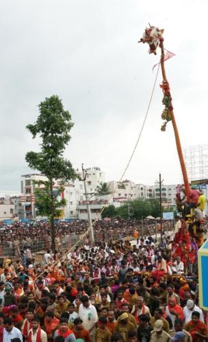 సిరిమానుపై కూర్చుని విజయనగరం పురవీధుల్లో విహరిస్తున్నపూజారి