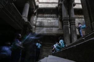 زوار أحد المعابد في الهند