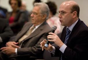 Sérgio Fausto e Fernando Henrique, ao fundo