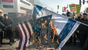 آتش زدن پرچم اسرائیل و آمریکا در تظاهرات