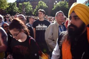 数千人聚集在阿尔伯特广场为死难者默哀。