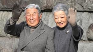 Mfalme Akihito na Malkia Michiko wapungia mikono wananchi Hayama, karibu naTokyo. (5 Februari 2016.)