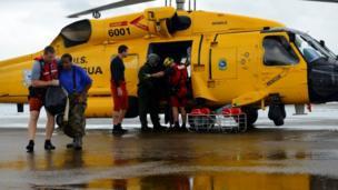 La guardia costera está entre los rescatistas que ayudan a los residentes que quedaron atrapados en zonas inundadas.