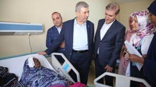 Ministan Lafiya kasar Turkiyya Ahmet Demircan lokacin da ya kai ziyara wani asibiti don duba wadansu daga cikin mutanen da harin ya shafa