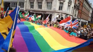 ผู้คนหลายหมื่นคนออกมาร่วมเดินพาเหรดในงาน Pride in London ในใจกลางกรุงลอนดอนวันนี้ (8 ก.ค.)