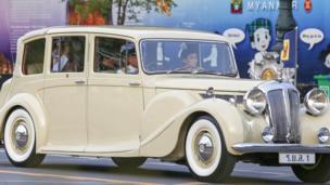 สมเด็จพระบรมโอรสาธิราชฯ สยามมกุฎราชกุมาร ประทับอยู่ในรถยนต์ส่วนพระองค์