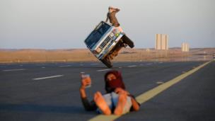 رجال سعوديون يؤدون ألعابا بهلوانية بالسيارة