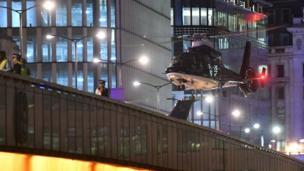 เฮลิคอปเตอร์ลงจอดบนสะพานลอนดอนบริดจ์จุดที่คนร้ายขับรถตู้สีขาวพุ่งชนคนเดินเท้า