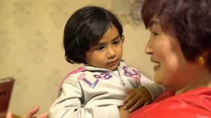王琪的小孫女和家鄉的阿姨見面