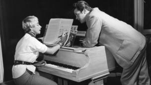 السير روجر مور وزوجته دوروثي سكوايرز عام 1957
