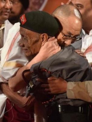 達賴喇嘛與達斯擁抱時情緒激動
