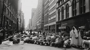 Oración antes del desfile del Día Musulmán, en Manhattan, 1995.