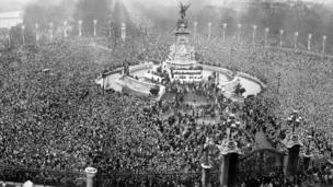 Crowds gather for outside Buckingham Palace to use dia kro-kro eyes take see di couple