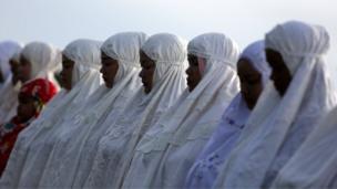 இந்தோனீஷியாவில் உள்ள பந்தே, அச்சே என்னுமிடத்தில் தொழுகையில் ஈடுபடும் பெண்கள்.