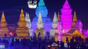 เทศกาลนี้จัดขึ้นที่เมืองฮาร์บิน ในมณฑลเฮย์หลงเจียง ทางตะวันออกเฉียงเหนือของจีน