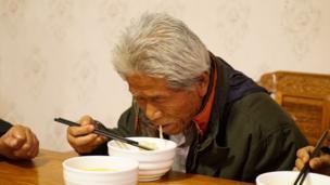 王琪終於吃到了思念了半個多世紀的家鄉手擀麵